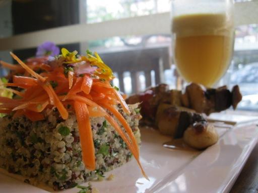 espetinho de vegetais com tofu ao molho de mostarda e balsâmico, quinoa com ervas e cenoura na laranja