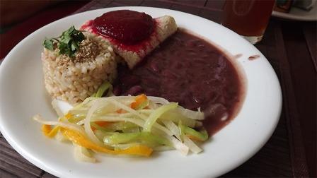 panqueca, iscas de legumes, feijao vermelho e arroz integral