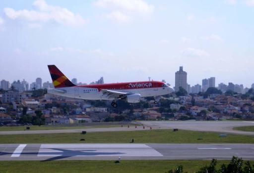 Avião da Avianca pousando. Foto - Eduardo Ogata