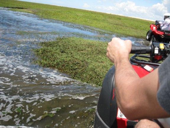 quadriciclo atravessando rio