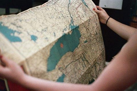 garota com mapa