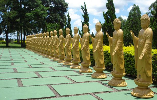Algumas das 108 estátuas do Buda Amitabha