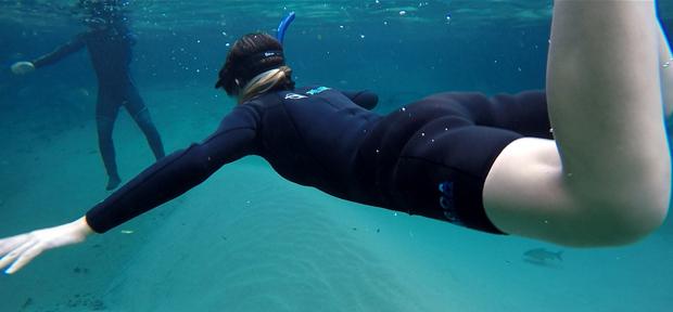 blogueira nadando