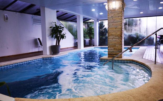 piscina aquecida em gramado